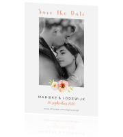 Moderne trendy save the date met strakke bloemen